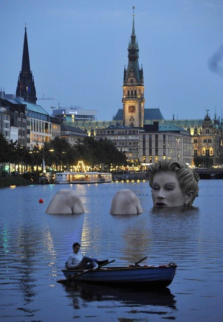 Badenixe (bathing beauty) sculpture in Hamburg, Germany